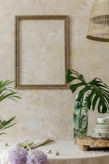Стильный и элегантный интерьер столовой с обеденным столом, дизайнерским креслом, букетом цветов в вазе и элегантным декором из ротанга. макет рамки плаката. шаблон.