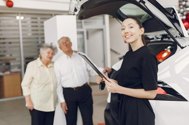 車のサロンでスタイリッシュでエレガントな老夫婦