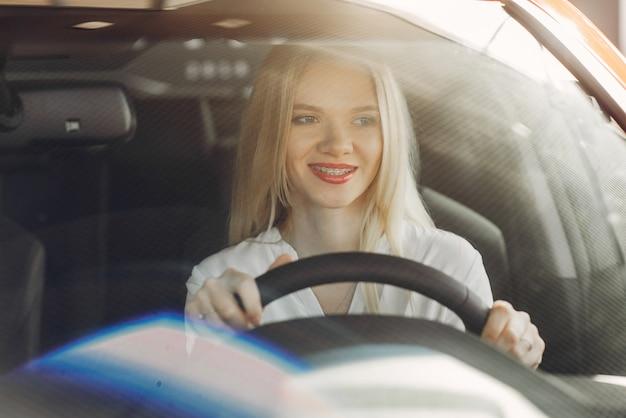 Стильная и элегантная женщина в салоне автомобиля