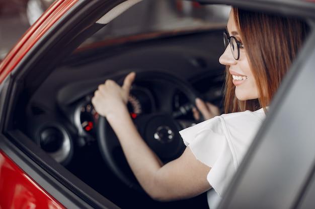 車のサロンでスタイリッシュでエレガントな女性 無料写真