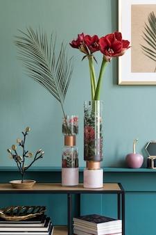 우아한 액세서리와 가구가 있는 책꽂이에 있는 현대적인 꽃병에 있는 아름다운 꽃의 세련되고 꽃무늬 구성. 거실에서 꽃 개념입니다. 녹색 벽입니다. 인테리어 디자인. 주형.