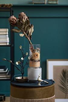 エレガントなアクセサリーを備えたデザイン シェルフのモダンな花瓶に美しい花のスタイリッシュで花柄の構成。ベージュの壁に影を付けた花のコンセプト。インテリア・デザイン..