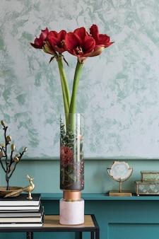 エレガントなアクセサリーを備えたレトロな木製便器のモダンな花瓶に美しい花のスタイリッシュで花の構成。ベージュの壁に影を付けた花のコンセプト。インテリア・デザイン..
