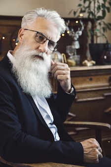 세련 되 고 잘 생긴 수염 된 수석 남자 스튜디오에서 포즈
