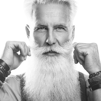 Стильный и красивый бородатый старший мужчина