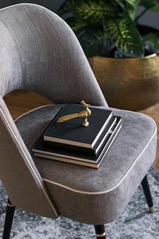 책 템플릿 현대 홈 스테이징과 디자인 회색 안락 의자의 세련되고 고급스러운 구성