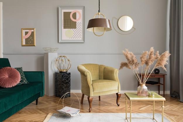 우아한 녹색 벨벳 안락 의자, 소파, 커피 테이블, 대리석 스탠드, 디자인 램프, 예술 그림 및 가정 장식의 세련된 액세서리가있는 세련되고 고급스러운 거실 인테리어.