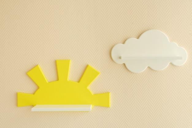 세련되고 현대적인 인테리어 디자인. 평범한 베이지 색 월페이퍼에 흰 구름 형태의 어린이 선반. 아이 방을 위한 집.