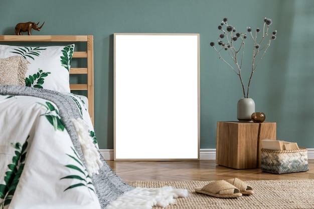 Стильный и современный интерьер солнечной спальни с каркасом, кроватью, небольшим деревянным кубиком в качестве прикроватного столика, постельным бельем с зелеными листьями и ковром. пространство с морскими стенами и деревянным паркетом ..
