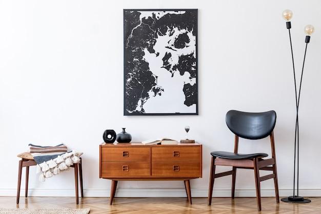 디자인 빈티지 나무 옷장, 의자, 발판, 테이블 램프가있는 세련되고 복고풍 거실