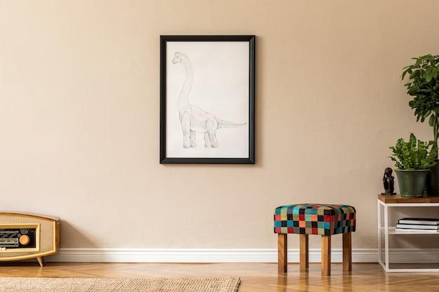 블랙 프레임, 라디오, 우아한 액세서리와 식물이있는 커피 테이블이있는 홈 인테리어의 세련되고 복고풍 공간. 아늑한 가정 장식. 홈 스테이징. 거실의 베이지 색 개념 ..