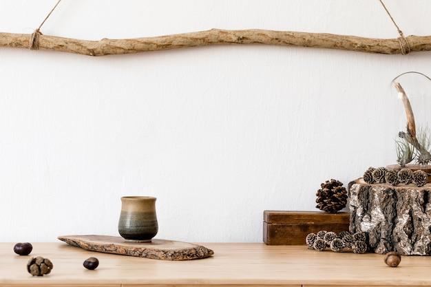 모의 템플릿, 나무 액세서리, 다육 식물, 숲 원뿔, 식물, 메모 및 개인 물건이있는 거실의 세련되고 스칸디나비아 인테리어. 최소한의 가정 장식.