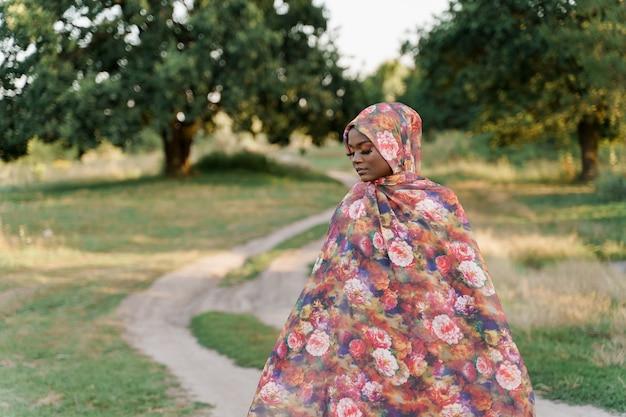 트렌디 한 전통 옷을 입은 세련된 매력적인 이슬람 소녀, 닫힌 눈을 가진 전통 히잡 여자