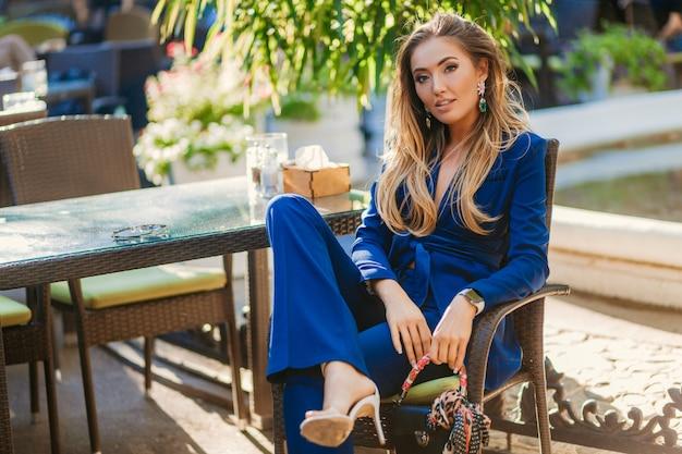 Стильная привлекательная женщина уличной моды