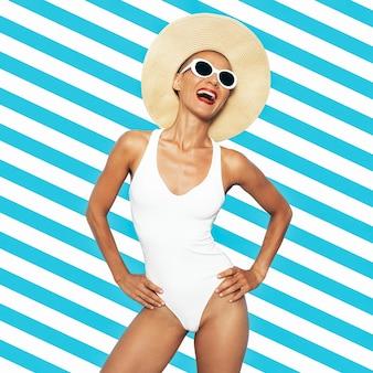 スタイリッシュなビーチレディ。華やかなレトロシック。白い水着とアクセサリー