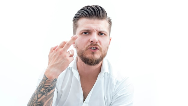 세련된 수염 난 남자가 카메라에 가운데 손가락을 보여줍니다. 실패, 불일치, 스포츠 베팅, 복권, 카지노의 개념. 혼합 매체