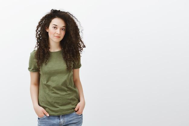 Стильная красивая женщина с вьющимися волосами