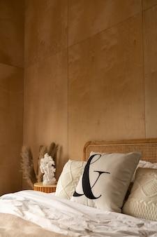 籐のヘッドボードベッドと柔らかい枕の装飾が施されたスタイリッシュなベッドルームコーナー