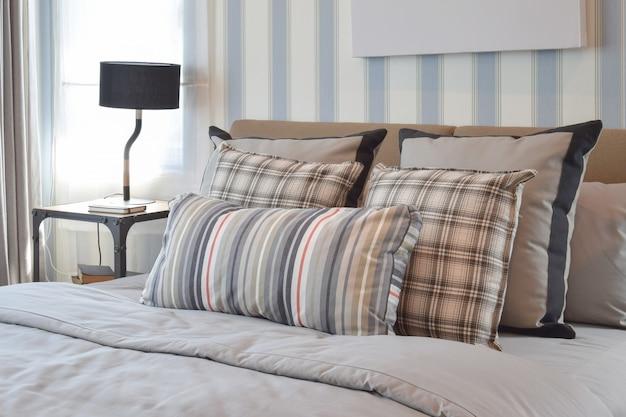 Стильный дизайн интерьера спальни с полосатыми подушками на кровати и