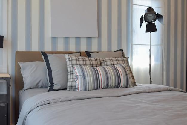 Стильный дизайн интерьера спальни с полосатыми подушками на кровати