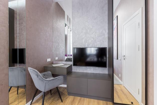넓은 침대가있는 세련된 침실, 현대적인 인테리어, 거울이있는 방 디자인으로 공간을 늘립니다.