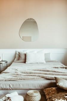 침대, 린넨, 베개, 거울, 장식이있는 세련된 베이지 색 침실