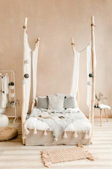 Стильная спальня бежевого цвета с кроватью с постельным бельем в стиле бохо