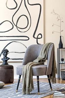 회색 안락 의자, 갈색 푸프, 격자 무늬, 검은 색 선반 및 우아한 개인 액세서리가있는 거실의 세련된 베이지 인테리어. 벽에 추상 회화. 현대 홈 스테이징 ..