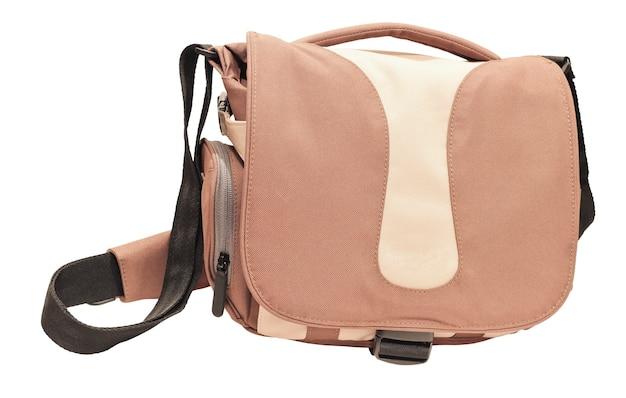 Стильная бежевая сумка через плечо, изолированная на белой поверхности