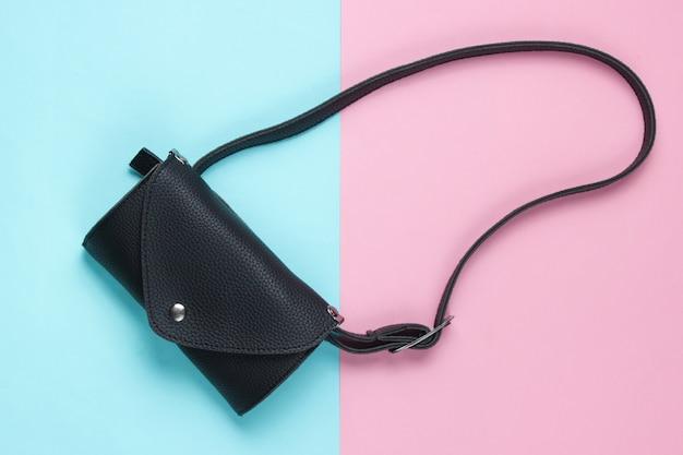 Стильная поясная сумка на розово-голубой пастели. вид сверху