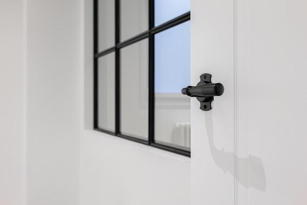 白いモダンなアパートやオフィス建築の詳細選択的な焦点のスタイリッシュな黒いドアハンドル