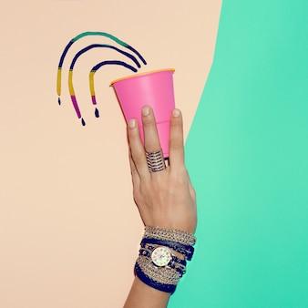 세련된 블랙 주얼리. 시계와 팔찌. 트렌드 여름