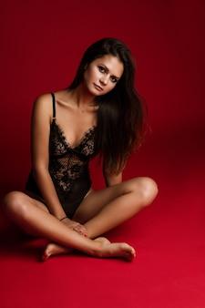 フィットの若い女性モデルのスタイリッシュな黒のランジェリー