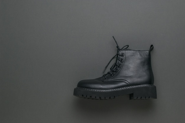 灰色の表面にスタイリッシュな黒い靴