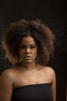 アフロの髪型を持つスタイリッシュな黒人女性