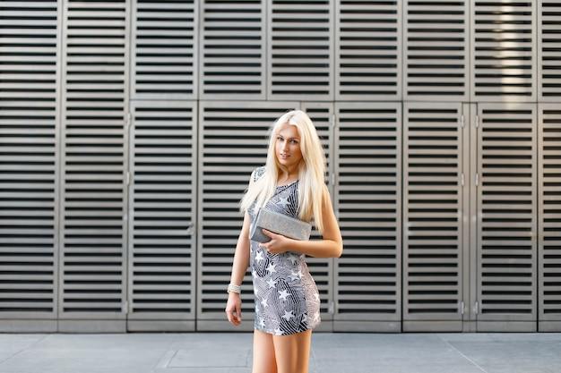 Стильная блондинка