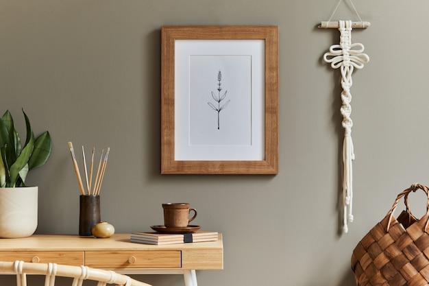 ホーム オフィスのスタイリッシュなボヘミアン インテリア、木製のデスク ラタン アームチェア ブラウン フレーム マクラメ事務用品植物の装飾と家の装飾のエレガントなパーソナル アクセサリー