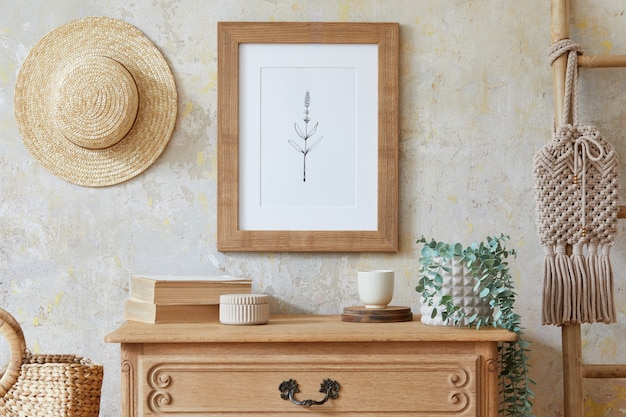 茶色のフレーム、エレガントなアクセサリー、花、はしご、木製の棚、吊り下げられた籐の小屋を備えた、スタイリッシュなリビング ルームのインテリア。家の装飾のミニマルなコンセプト..