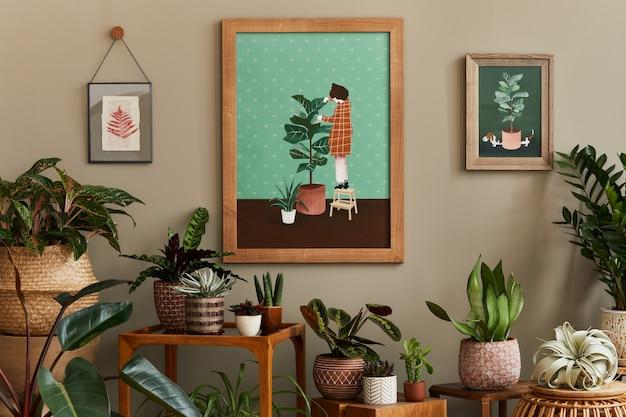 나무 프레임이있는 가정 정원 인테리어의 세련된 식물학 구성은 아름다운 집 식물, 선인장, 다육 식물을 다른 디자인 냄비와 꽃 액세서리로 많이 채웠습니다.