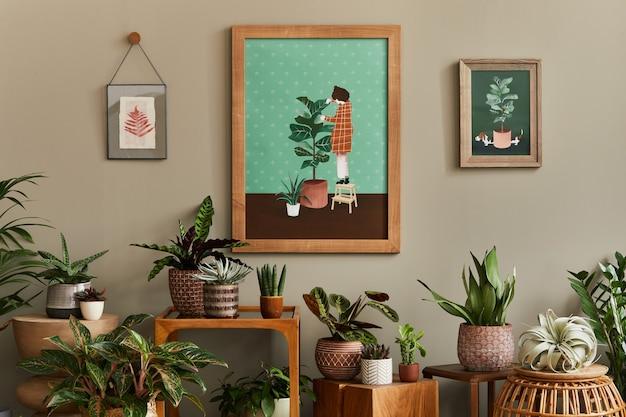 木製のモックアップポスターフレームを備えたホームガーデンインテリアのスタイリッシュな植物学の構成は、さまざまなデザインの鉢や花のアクセサリーでたくさんの美しい観葉植物、サボテン、多肉植物を満たしました。テンプレート Premium写真