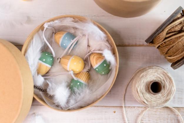 Стильная коробочка с симпатичными деревянными яйцами на пасху