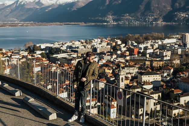 호수 lugano, 스위스의 배경에 대해 세련 된 소년 bre 위에 눈을 탑재.