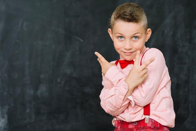 Стильный мальчик жестом два пальца