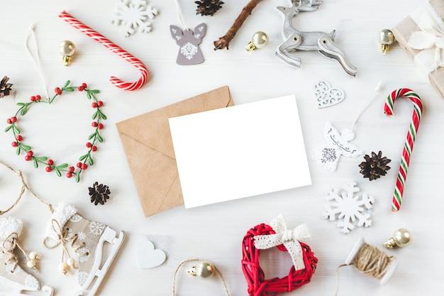 Стильный макет фирменного стиля для демонстрации ваших работ. симпатичные старинные рождественские новогодние подарки макете на деревянном фоне. плоский вид сверху.
