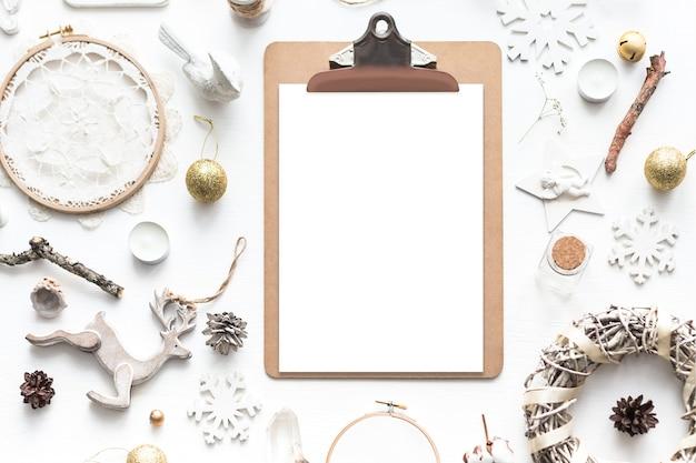 작품을 전시하는 세련된 브랜딩 모형. 귀여운 빈티지 크리스마스 새해 선물은 나무 배경에서 조롱합니다. 평평한 평면도.