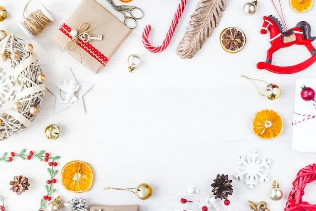 작품을 전시할 세련된 브랜딩 모형. 귀여운 빈티지 크리스마스 새해 선물은 나무 배경에서 조롱합니다. 평평한 평면도.