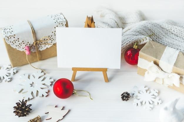 당신의 작품을 전시할 세련된 브랜딩 모형. 귀여운 빈티지 크리스마스 새해 선물은 나무 배경에서 조롱합니다.