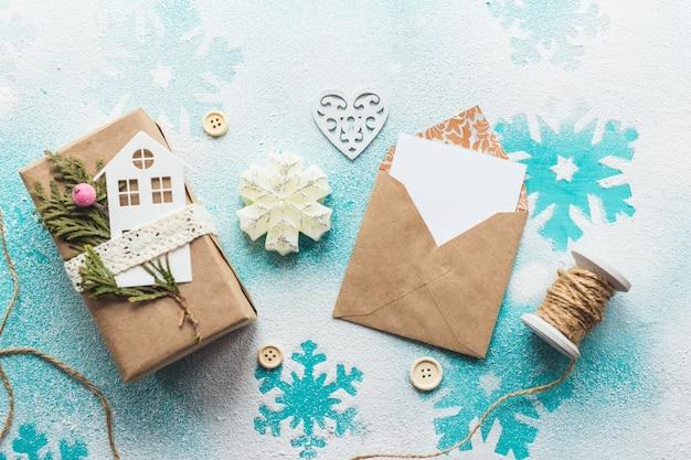 당신의 작품을 전시할 세련된 브랜딩 모형. 나무 배경에 귀여운 빈티지 크리스마스 새 해 선물 사진.