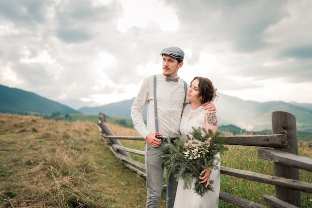 Стильная невеста и жених. молодожены. свадебная пара