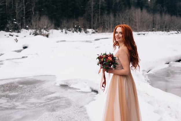 Стильная невеста в красивом платье, свадьба зимой, флористика на свадьбу.